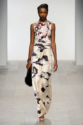images/cast/00000496944512034=my job on fabrics x=holly fulton - Fall 2011 show -
